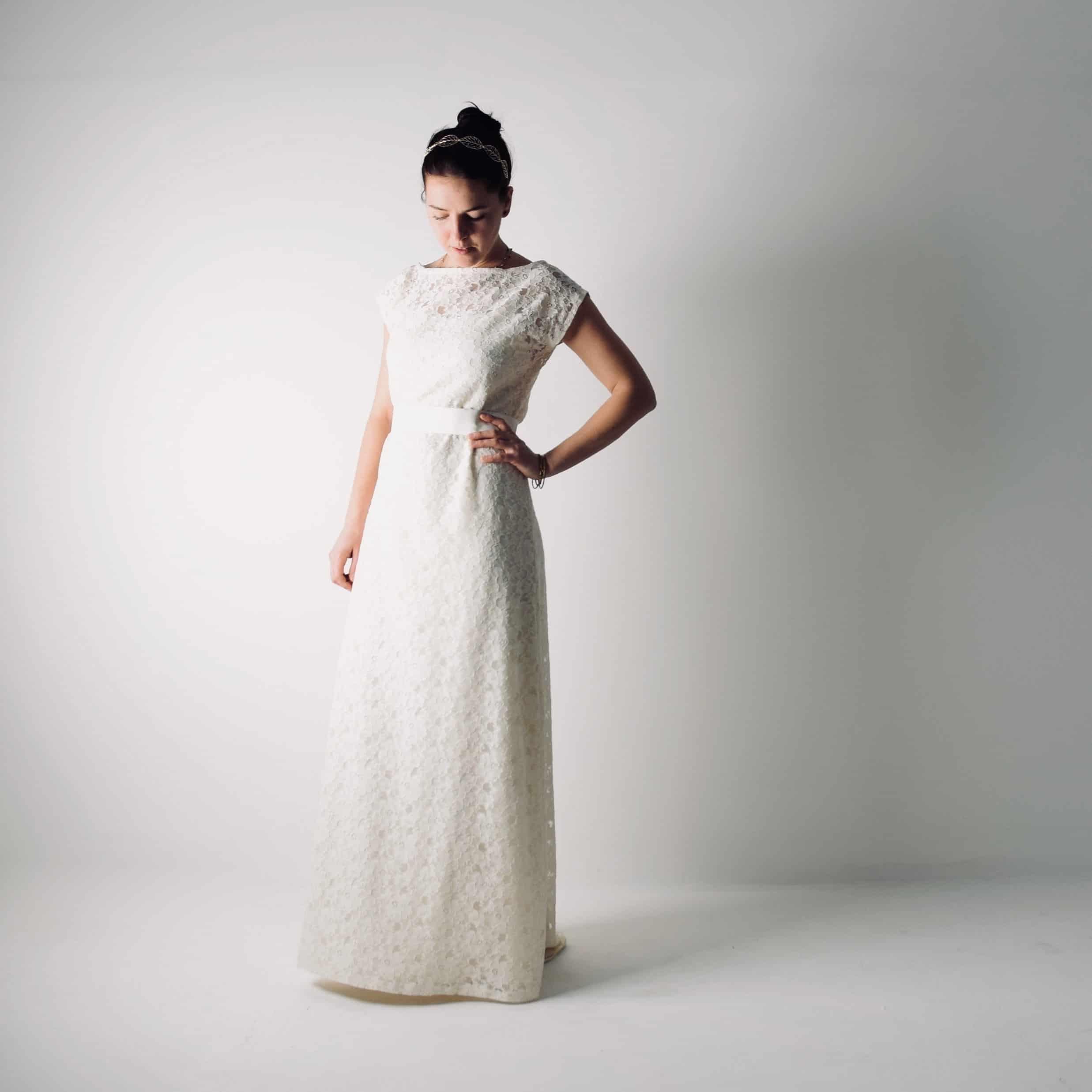 3fb51a43abb269 Abito da sposa semplice in tunica di pizzo ~ Tansy >> Larimeloom